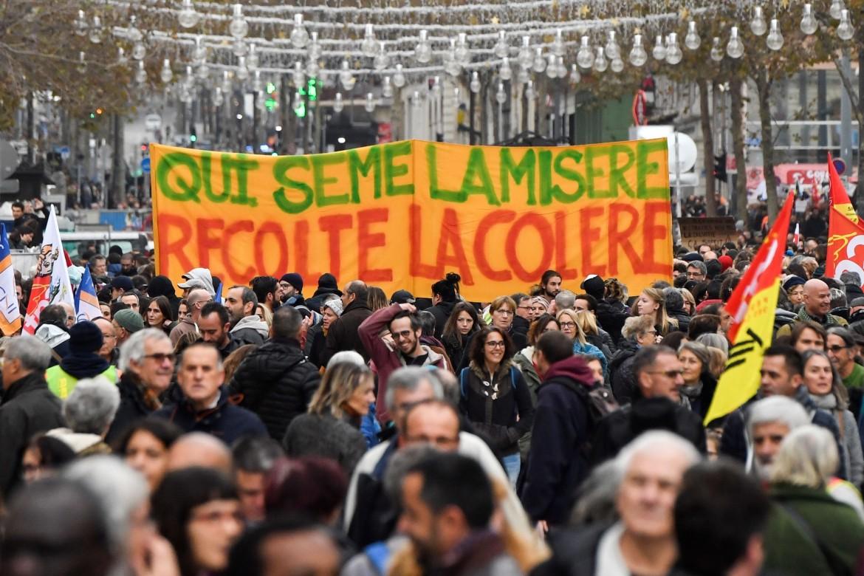 LA FRANCIA DAI GILET GIALLI ALLO SCIOPERO CONTRO LA RIFORMA DELLE PENSIONI